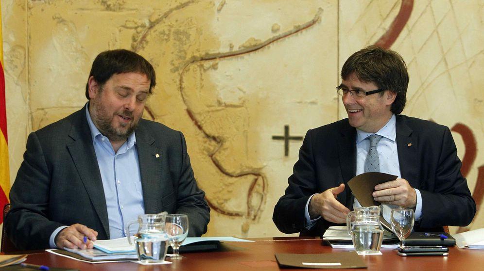 Foto: El presidente de la Generalitat, Carles Puigdemont (d), y el vicepresidente del Gobierno, Oriol Junqueras. (EFE)