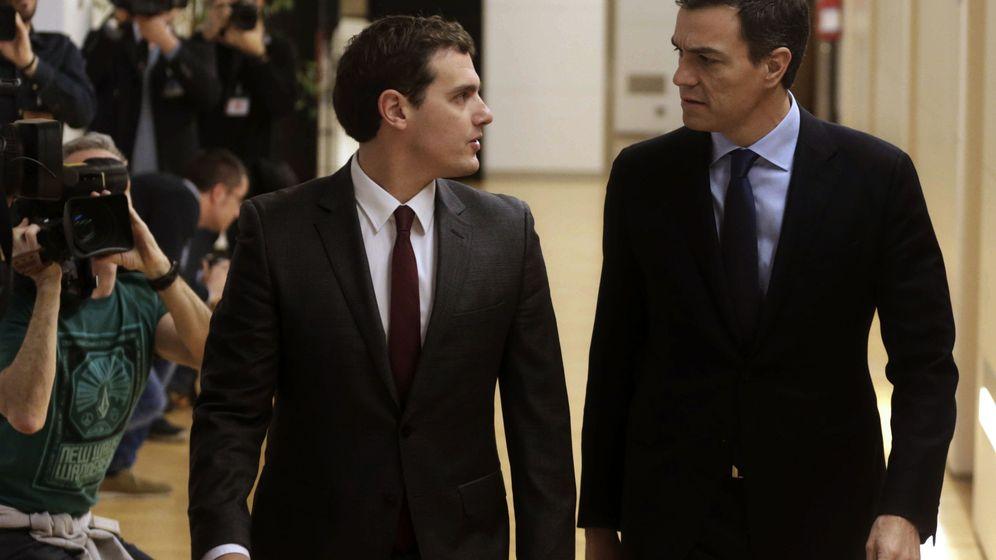 Foto: El presidente de Ciudadanos, Albert Rivera, y el secretario general del PSOE, Pedro Sánchez. (Efe)