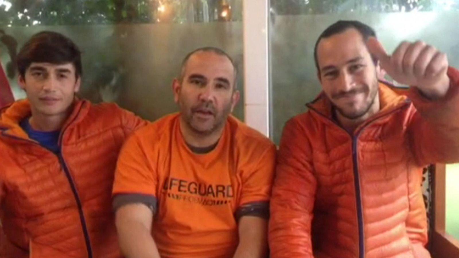 Foto: Los tres bomberos sevillanos detenidos en Lesbos. (EFE)