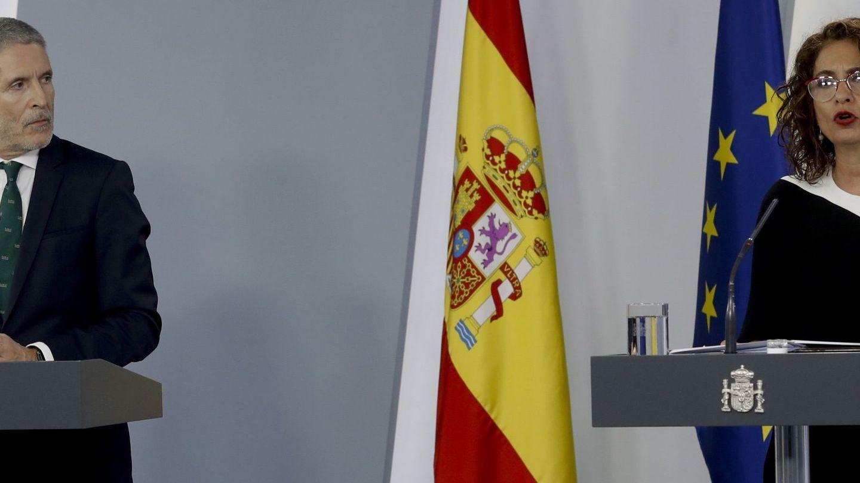 Marlaska, junto a la ministra María Jesús Montero, ayer en la rueda de prensa. (EFE)
