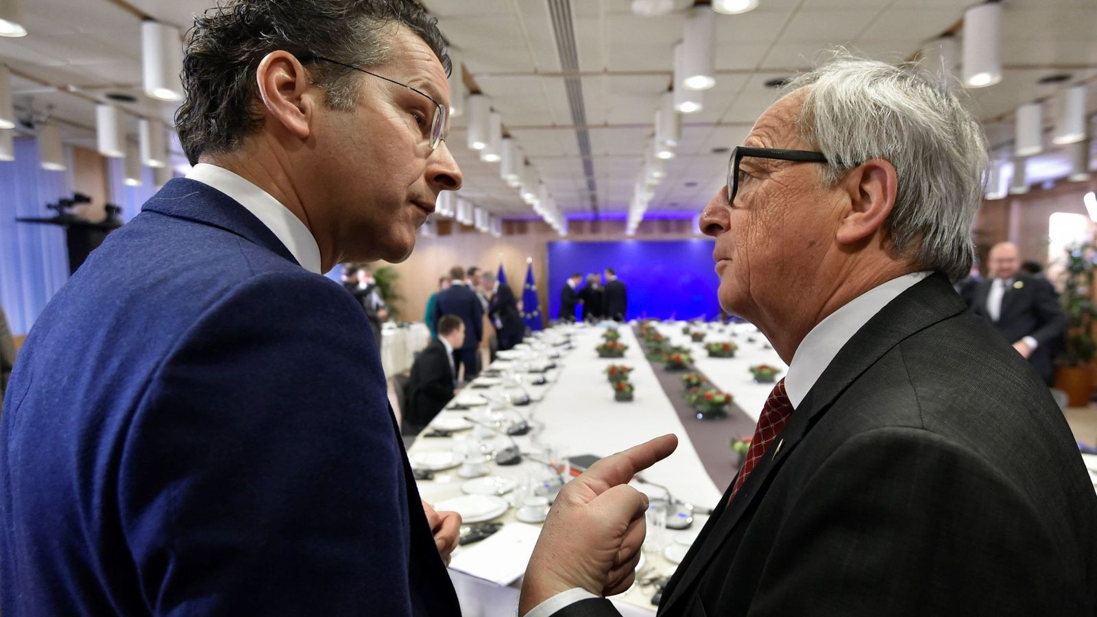 Foto: El presidente de la Comisión Europea, Jean Claude Juncker (d), conversa con el presidente del Eurogrupo, Jeroen Dijsselbloem, en la cumbre de Bruselas. (EFE)
