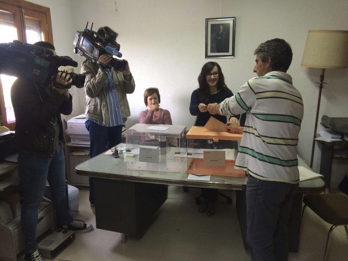 Foto: Imagen de archivo de la votación del 26-M en Villaroya. (EFE)