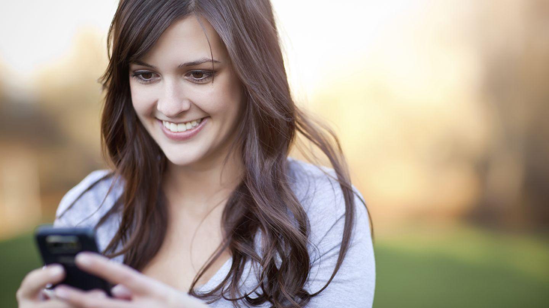 Si lo tuyo es lucir melena, sécate el pelo hacia abajo. (iStock)