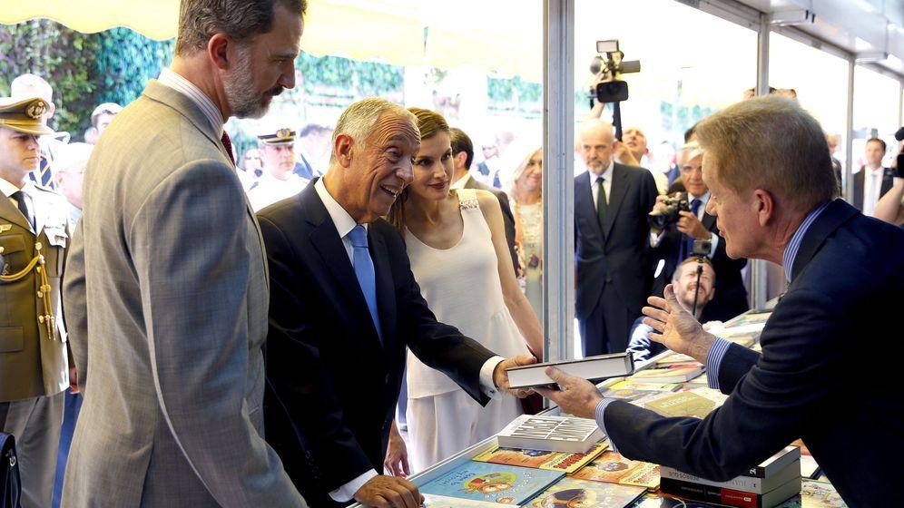 Foto: Los Reyes y el presidente de Portugal inauguran la Feria del libro | EFE