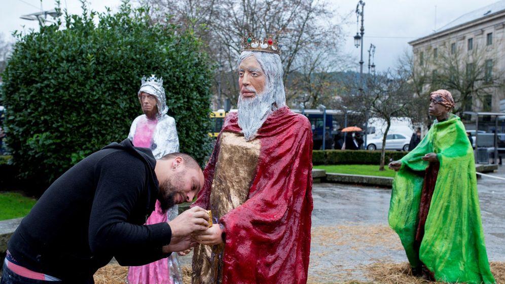 Foto: Un operario arregla una de las controvertidas figuras del belén instalado en la ciudad de Ourense. (EFE)