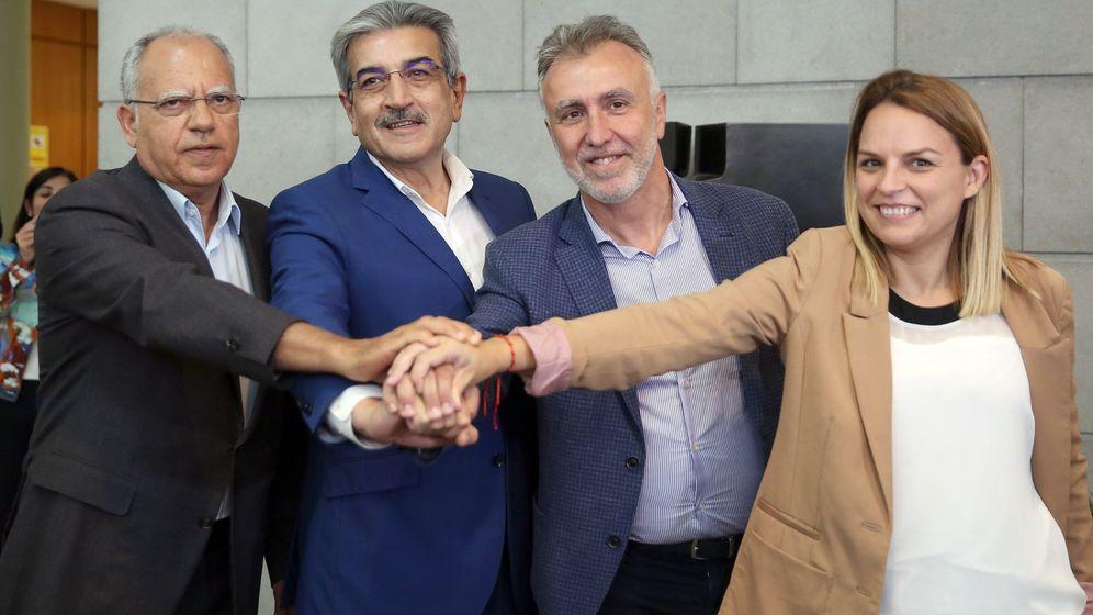 Foto: El líder del PSOE canario, Ángel Víctor Torres (2d), junto con Casimiro Curbelo (i), Román Rodríguez (2i) y Noemí Santana, este 20 de junio en Santa Cruz de Tenerife. (EFE)