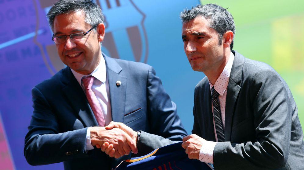 Foto: Josep Maria Bartomeu y Ernesto Valverde, en una imagen de la presentación del segundo como entrenador del FC Barcelona en junio de 2017. (Reuters)