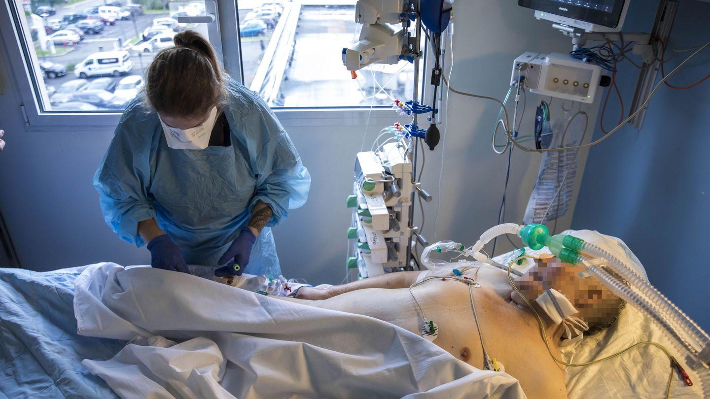 Personal sanitario atiende a un paciente covid en un hospital en Francia. (Reuters)