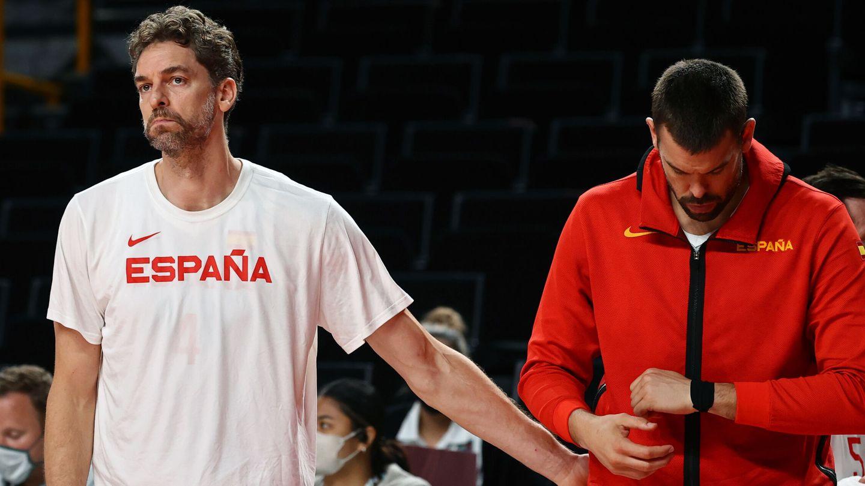 Pau y Marc Gasol, tras la derrota en cuartos de final de los Juegos de Tokio. (REUTERS)
