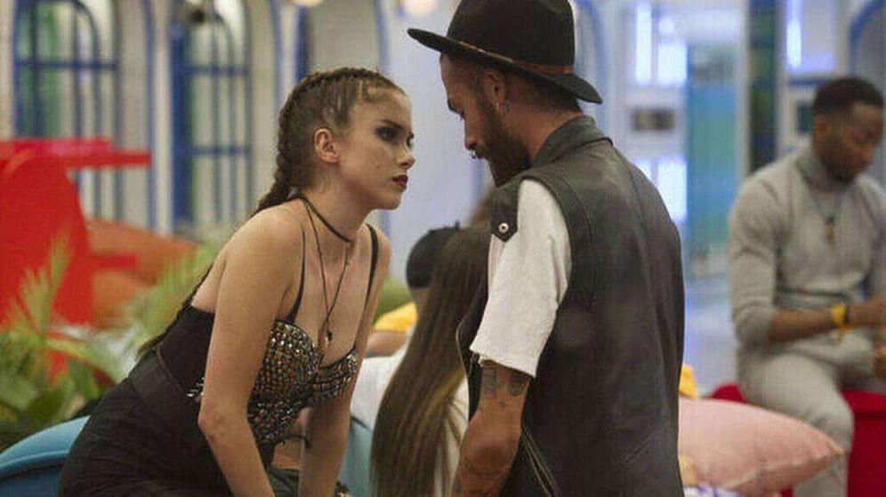 Foto: Carlota Prado y José María, en 'GH Revolution'. (Mediaset)