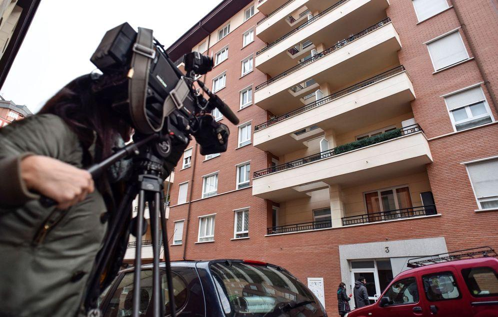 Foto: Exterior del portal donde ocurrió el trágico suceso en Bilbao. (EFE)