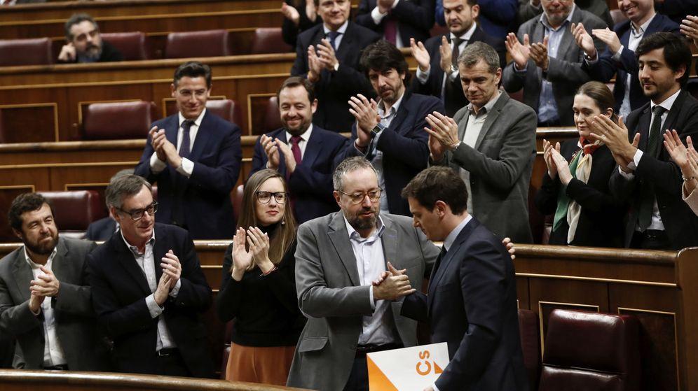 Foto: El líder de Ciudadanos, Albert Rivera (d), es aplaudido por los miembros de su grupo. (EFE)