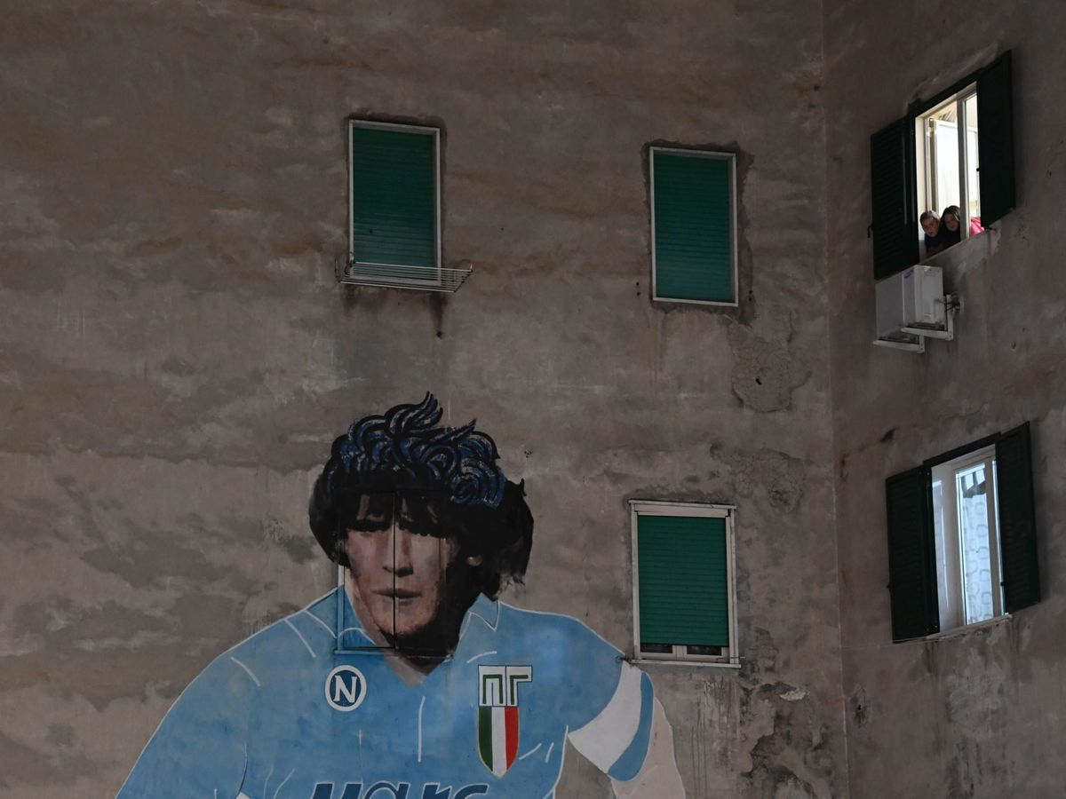 Foto: Un mural de Maradona en Nápoles (EFE)