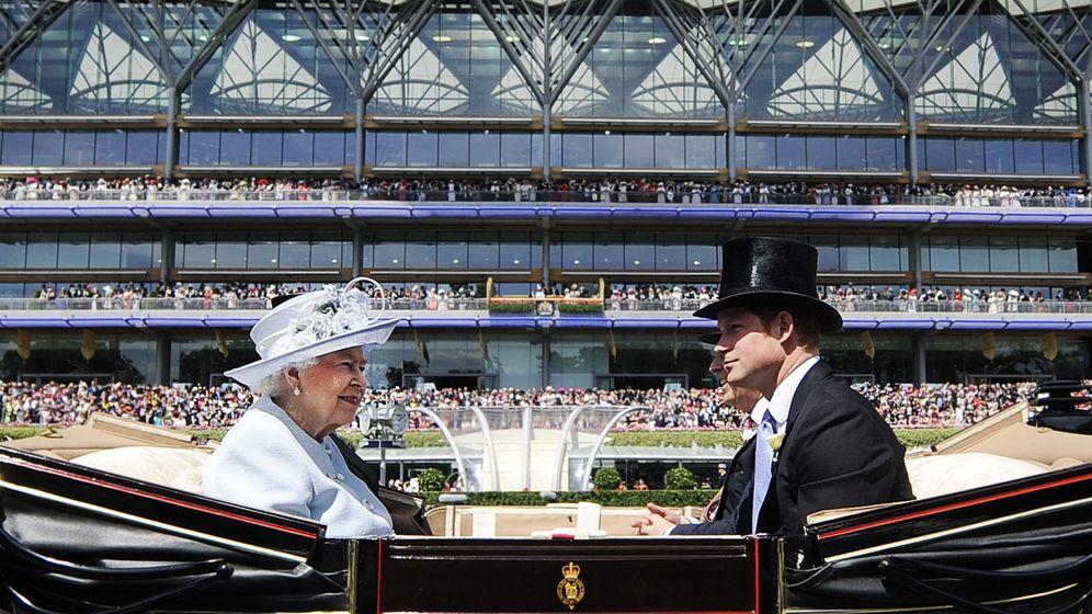 Foto: El príncipe Harry y la reina Isabel, en una imagen de archivo. (EFE)