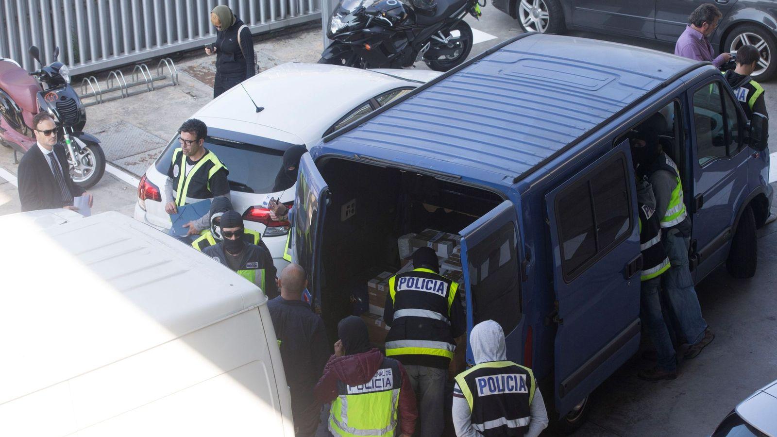 Foto: Efectivos de la Policía Nacional registran una furgoneta en una incineradora de Sant Adrià de Besòs (Barcelona). (EFE)