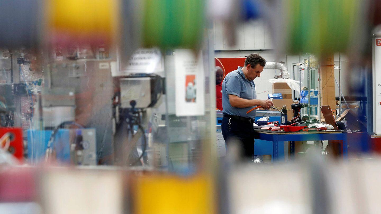 Un trabajador en una planta de componentes electrónicos, cerca de Cannock. (Reuters)
