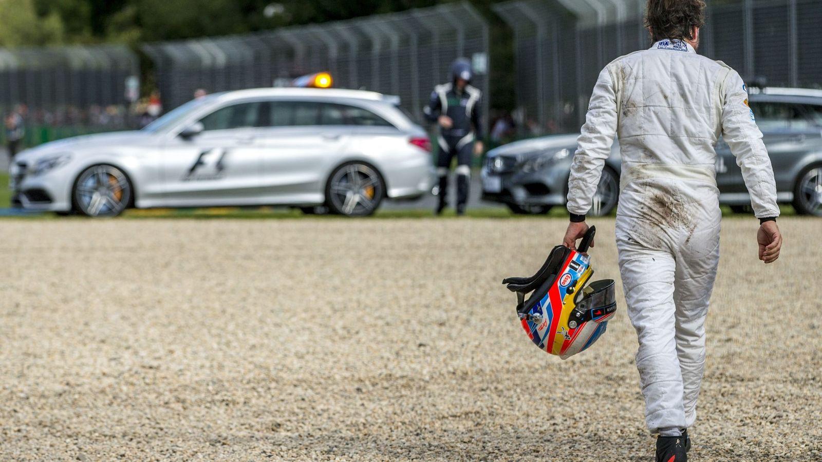 Foto: Fernando Alonso caminando hacia el coche médico en el GP de Australia.