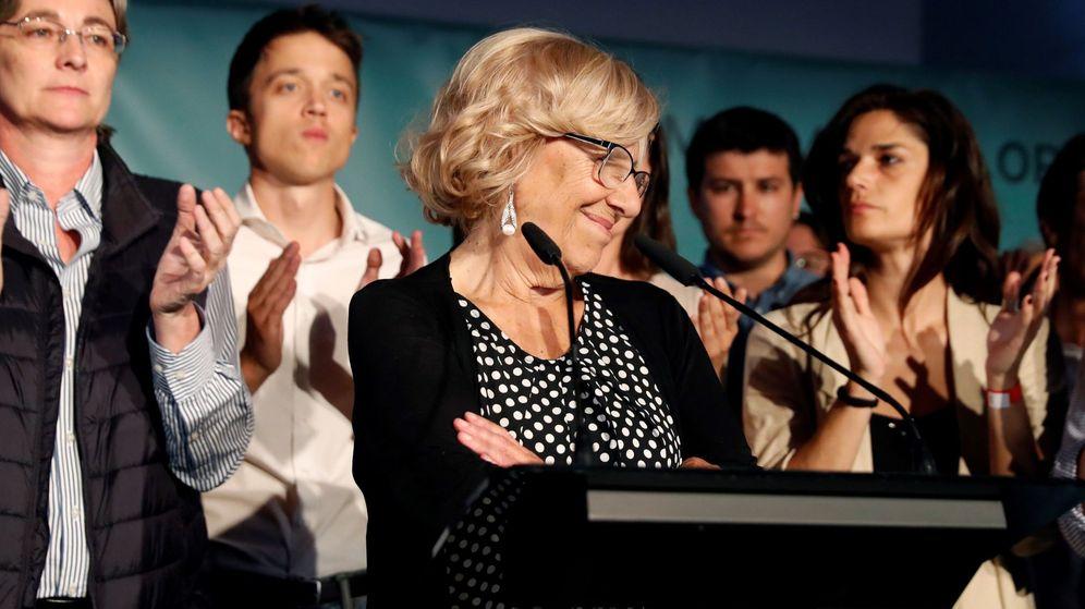 Foto: La alcaldesa de Madrid, Manuela Carmena, durante la noche electoral del 26-M, junto a Marta Higueras, Íñigo Errejón y Clara Serra. (EFE)
