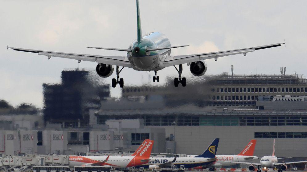 Foto: Un avión, en el aeropuerto de Gatwick. (Reuters)
