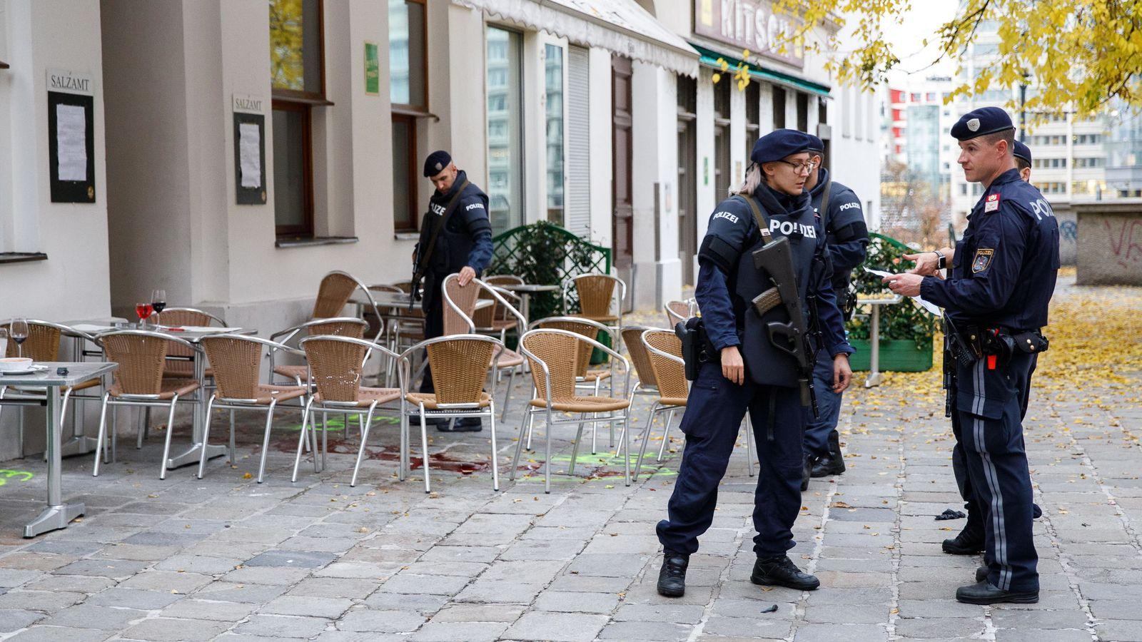 Policía austriaca en la terraza donde se perpetró el atentado. (Reuters)