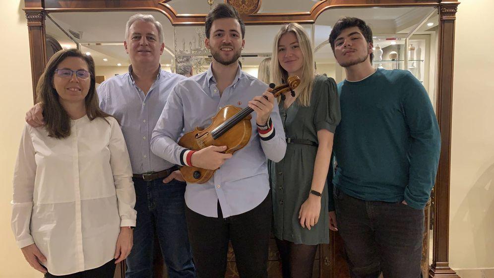 Foto: Pedro Herrera, en el centro de la imagen, junto a Heidi, su novia, sus padres y hermano.