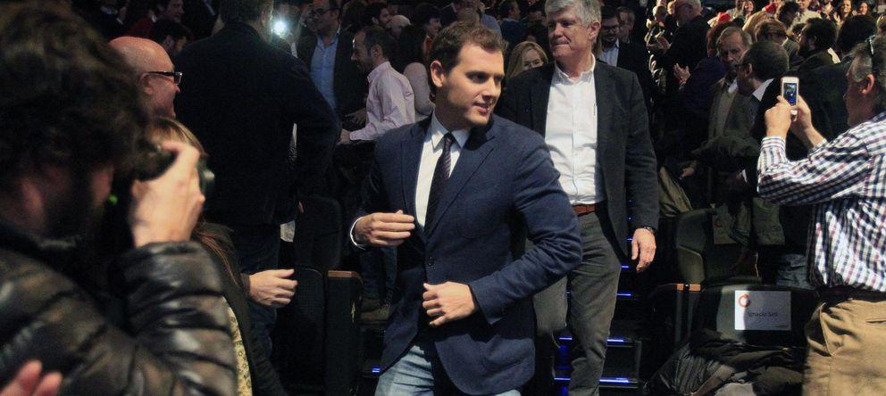 Foto: El líder de Ciudadanos, Albert Rivera, a su llegada a un acto conmemorativo en el teatro Goya. (Efe)