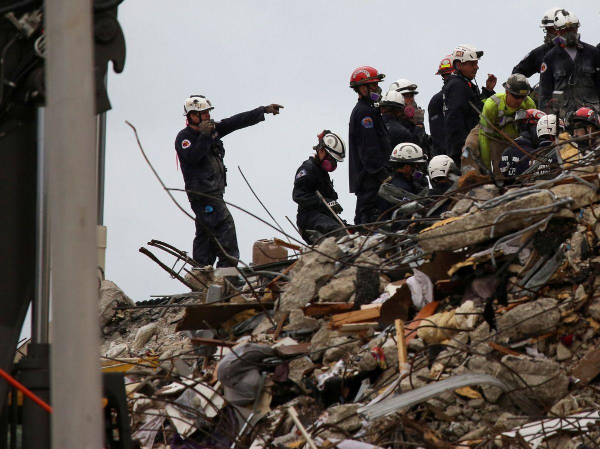 Foto: Continúa la búsqueda en el edificio parcialmente colapsado. (Reuters)