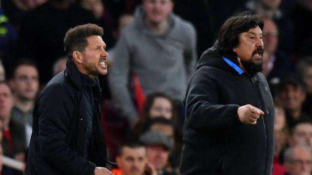 Foto: El Mono Burgos, junto a Simeone, durante un partido del Atlético de Madrid. (EFE)