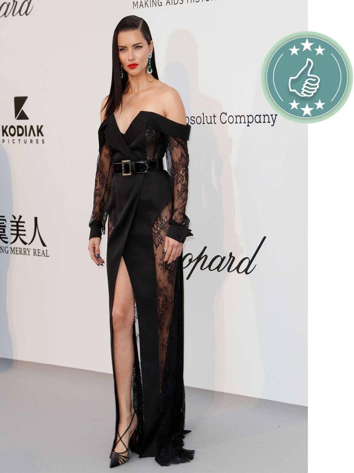 La modelo brasileña Adriana Lima con un total look negro. (EFE)