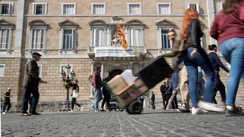 Foto: Los lazos amarillos continúan en los edificios de la Generalitat. (EFE)