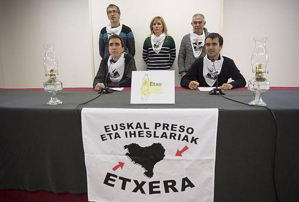 Foto: Comparecencia de este viernes de los portavoces de Etxerat para pedir disculpas a las víctimas de ETA por su falta de empatía. (EC)