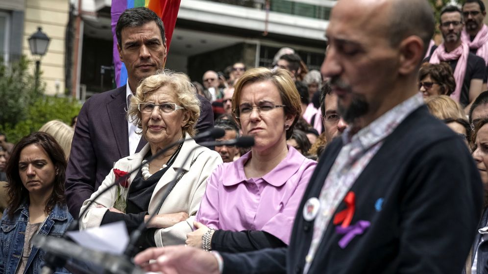 Foto: Manuela Carmena y Pedro Sánchez asisten, junto a la portavoz socialista en Madrid, Puri Causapié, al cambio de nombre de la plaza de Vázquez de Mella. (EFE)