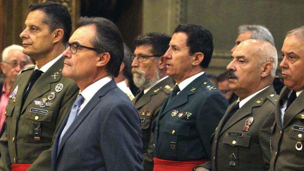 Foto: El presidente de la Generalitat, Artur Mas, acompañado del teniente general Ricardo Álvarez-Espejo, inspector general del Ejército. (EFE)