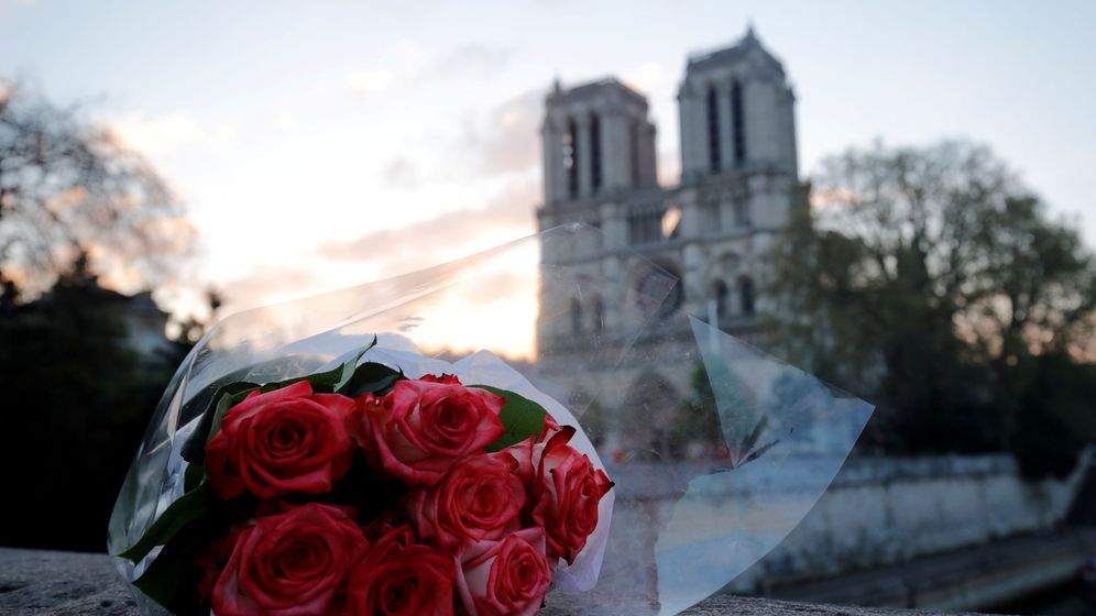 Foto: Ramo de rosas frente a los restos de Notre-Dame. (Reuters)
