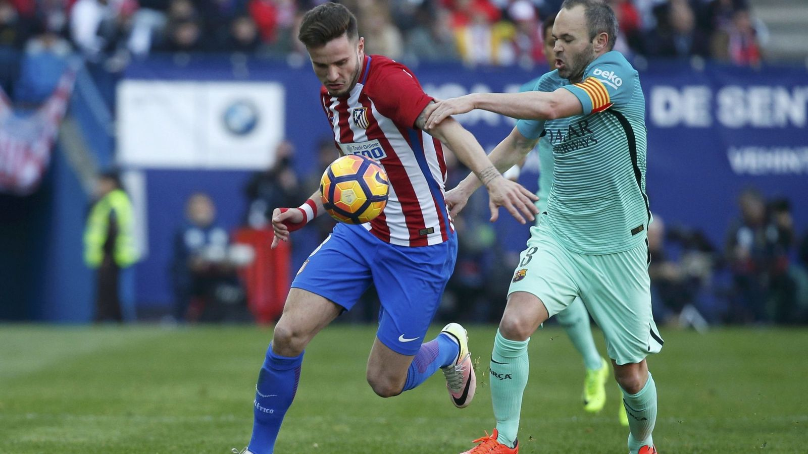 Foto: Saúl protege el balón ante Iniesta (Juan Medina/Reuters).