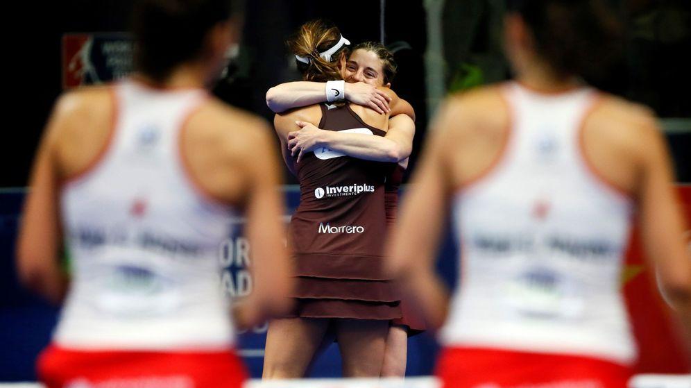 Foto: Alejandra Salazar y Marta Marrero se abrazan tras ganar el Estrella Damm Alicante Open. (EFE)