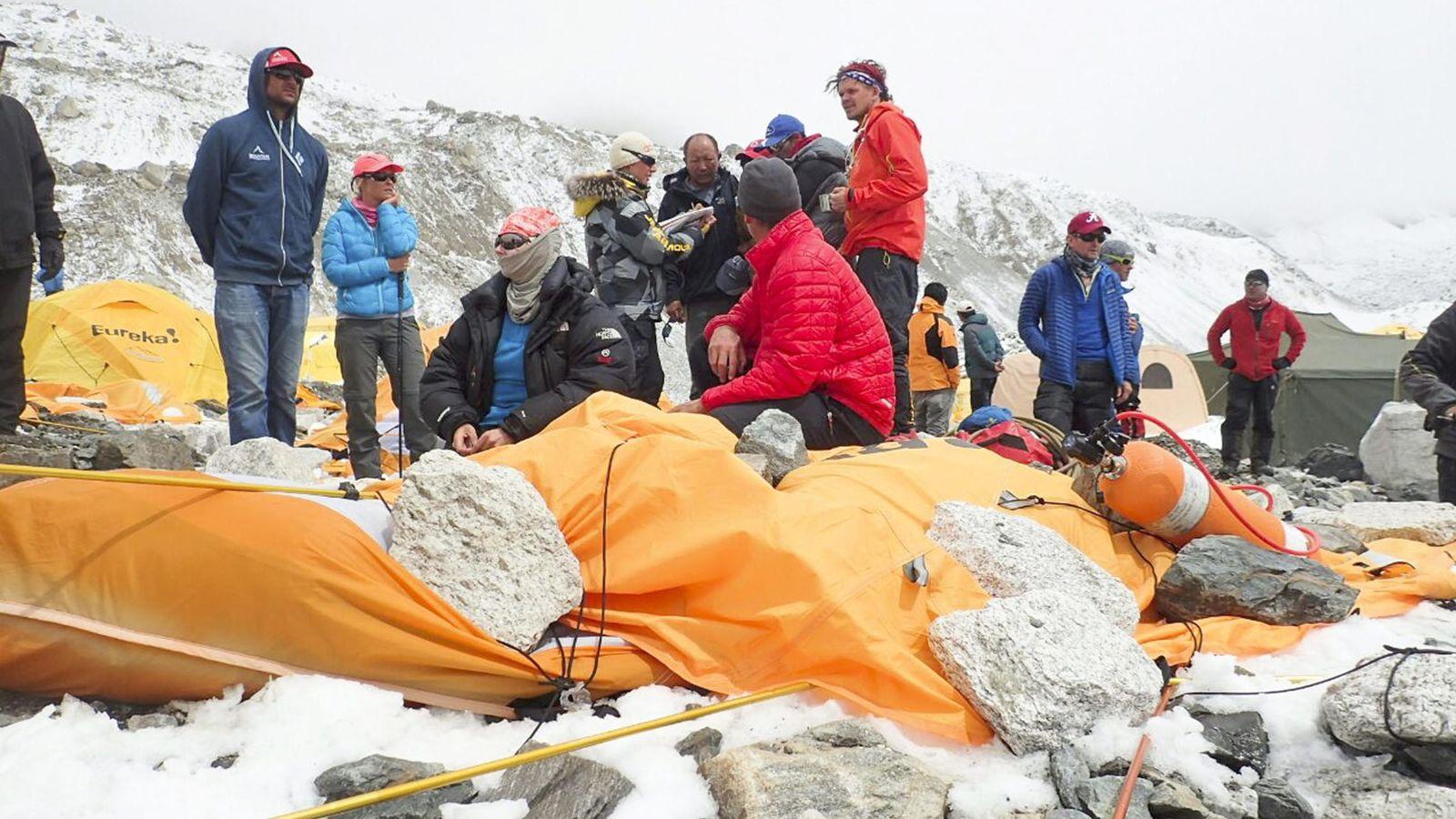 Foto: Alpinistas este domingo en el Campos Base del Everest tras la avalancha. (Reuters)