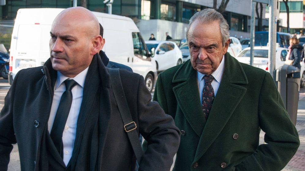 Foto: Jaime Botín (derecha) a su llegada al juzgado junto a su abogado Javier Gómez Bermúdez. (Carmen Castellón)