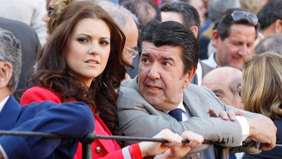 Gil Silgado acude esposado a conocer a su hija recién nacida