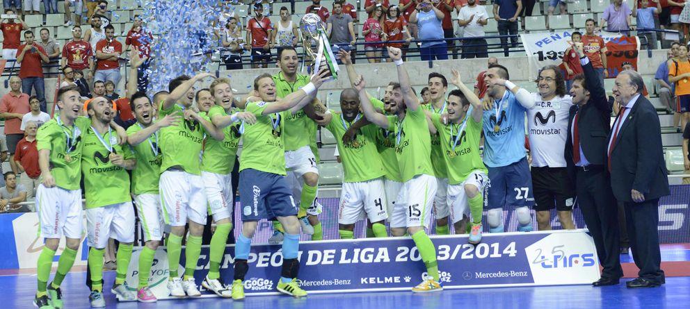 Foto: Luis Amado, capitán de Inter Movistar, levanta el título de campeón de la Liga de fútbol sala (Foto: Inter Movistar).