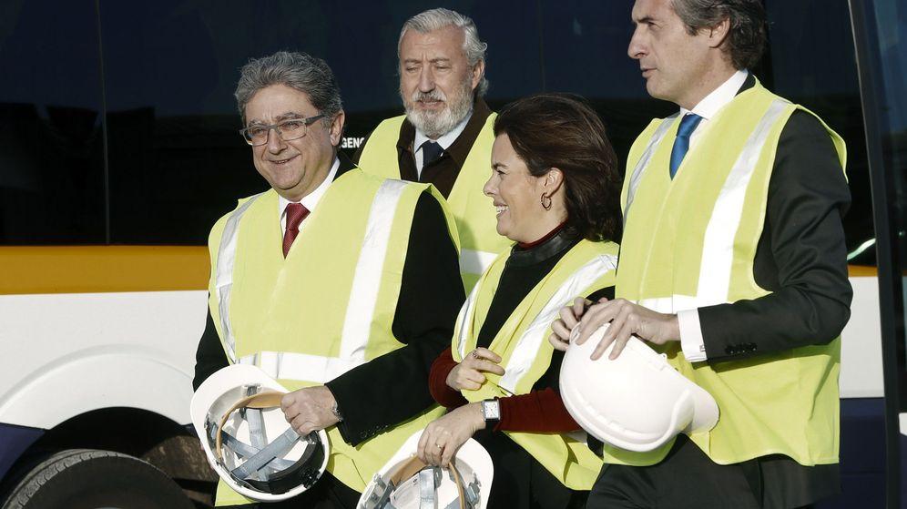 Foto: La vicepresidenta, Sáenz de Santamaría, y el ministro de Fomento, Íñigo de la Serna, visitan unas obras en Barcelona. (EFE)