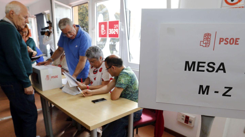 Varios militantes socialistas votan en Las Palmas de Gran Canaria en primarias, el pasado 21 de mayo de 2017. (EFE)