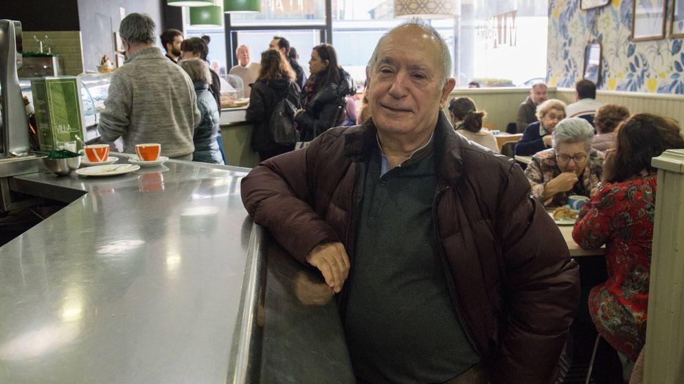 Foto: Miguel Ángel Tirado, en un bar de su barrio en Zaragoza. (David Brunat)