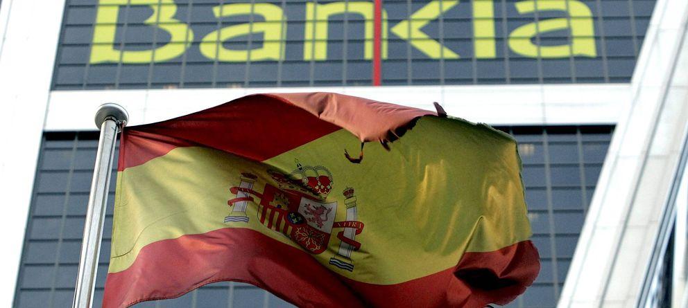 Foto: Una bandera de España ondea ante la sede de Bankia en Madrid. (EFE)
