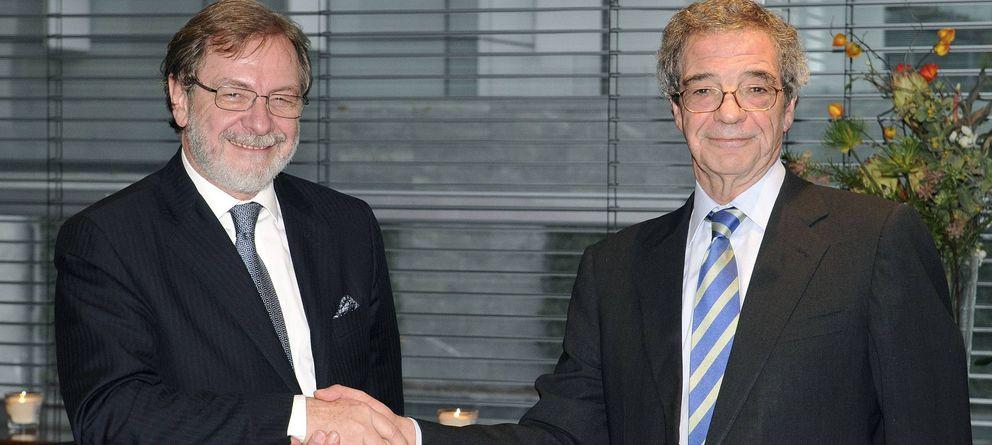 Foto: El presidente de Telefónica, César Alierta (i), y el presidente del grupo Prisa, Juan Luis Cebrián. (EFE)