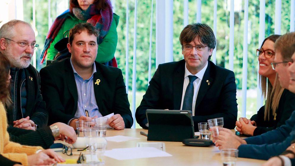 Foto: Fotografía de archivo de Puigdemont en una reunión con la ejecutiva del PDeCAT en Waterloo. (EFE)