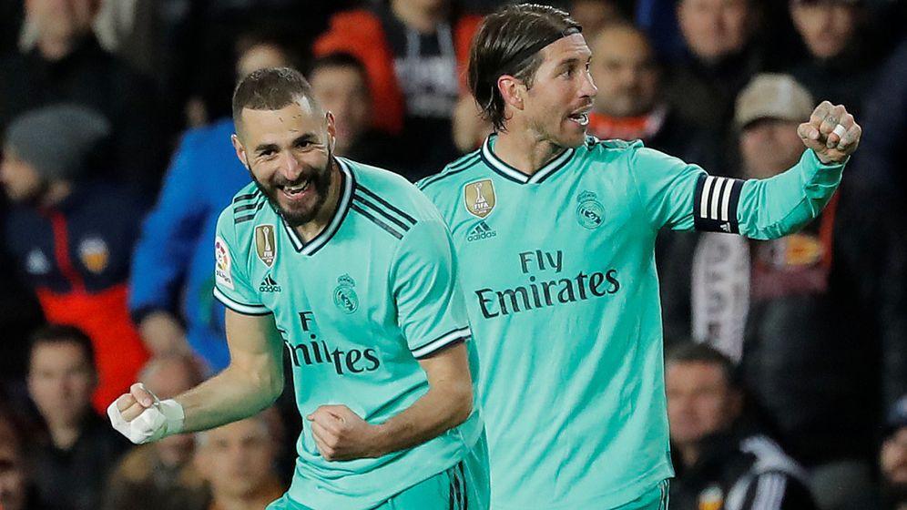 Foto: Benzema celebra junto a Sergio Ramos el gol del empate ante el Valencia. (EFE)