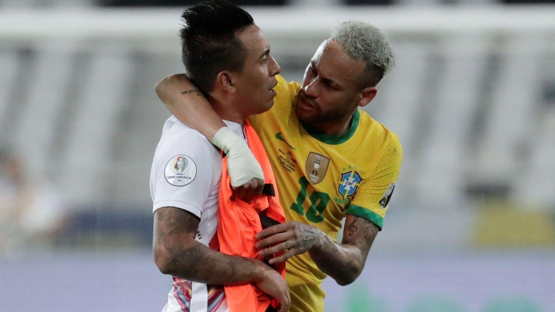 Neymar saluda a Christian Cueva (de Perú) tras las semifinales. (EFE)