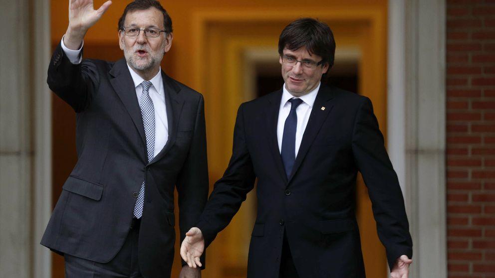 Rajoy recibe a Puigdemont y le regala un ejemplar de 'El Quijote'