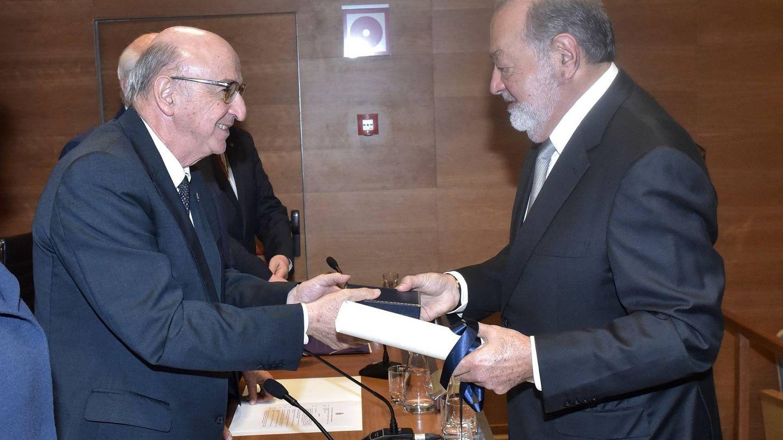 El magnate mexicano recibe su diploma de manos del presidente de la RAI.